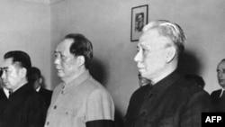 1959年4月(左起)中国总理周恩来,国家主席毛泽东(1893-1976),刘少奇(1898-1969) 在北京参加一场仪式。 刘少奇后来接任毛泽东担任中国国家主席。在1966年开始的文革期间,毛泽东把刘少奇作为他的主要打击目标。刘少奇先后在北京和开封被关押,因病去世。