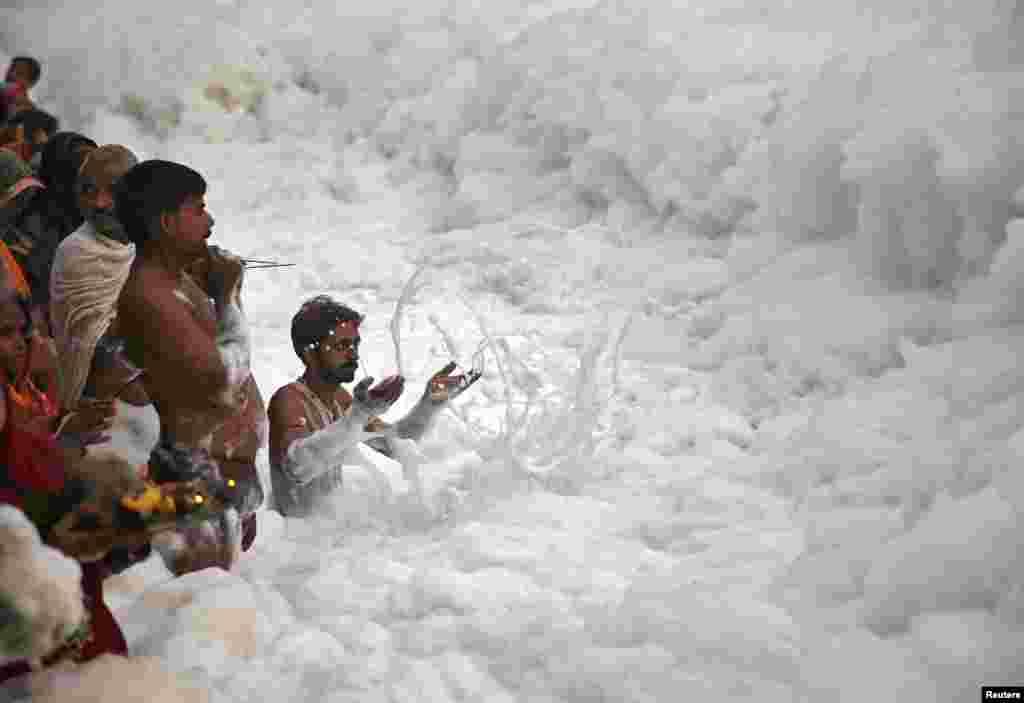 Ummat Hindu melakukan ritual untuk memuja Dewa Surya di sungai Yamuna pada festival Chatt Puja di New Delhi, India.