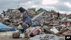 24일 인도네시아 수무르의 쓰나미 피해 주민들.