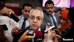 26일 카타르 도하에서 열린 아랍연맹 정상회담에서 시리아 반정부연합 대표단의 압둘라바세트 시에다가 기자들의 질문에 답하고 있다.