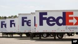 资料照:美国维吉尼亚州一个机场停车场里的联邦快递公司的卡车。