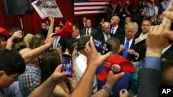 Người ủng hộ vây quanh ông Donald Trump để chụp ảnh và xin chữ ký trong một cuộc vận động ở Lawrenceville, New Jersey, ngày 19/5/2016.