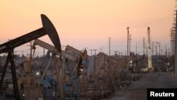 Kilang minyak di lapangan Wilmington dekat Long Beach, California.