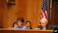 参议员利伯曼(右)、柯林斯主持听证