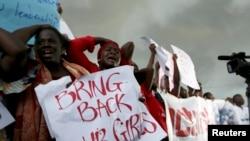 Phụ nữ biểu bên ngoài trụ sở quốc hội Nigeria yêu cầu gia tăng nỗ lực tìm kiếm các nữ sinh bị bắt nhóm chủ chiến Hồi giáo bắt cóc