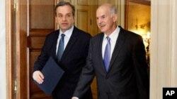 ນາຍົກລັດຖະມົນຕີ George Papandreou, ຂວາ, ກັບທ່ານ Antonis Samaras ຜູ້ນໍາຝ່າຍຄ້ານ. (AP Photo/ Petros Giannakouris)