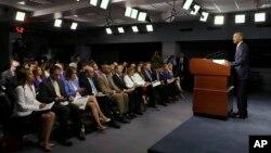 4일 국방부에서 국가안전보장회의(NSC)를 주재한 뒤 기자회견을 진행하고 있는 바락 오바마(오른쪽) 미국 대통령.
