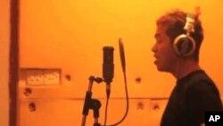 """緬甸搖滾樂隊""""副作用""""的其中一名成員正在錄音室錄音。"""