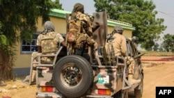 Tentara Nigeria mengendarai sebuah kendaraan militer di Ngamdu, Nigeria, 3 November 2020. (Foto: Audu Marte/AFP)