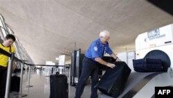 Проверка багажа в международном аэропорту «Даллас» в Вашингтоне