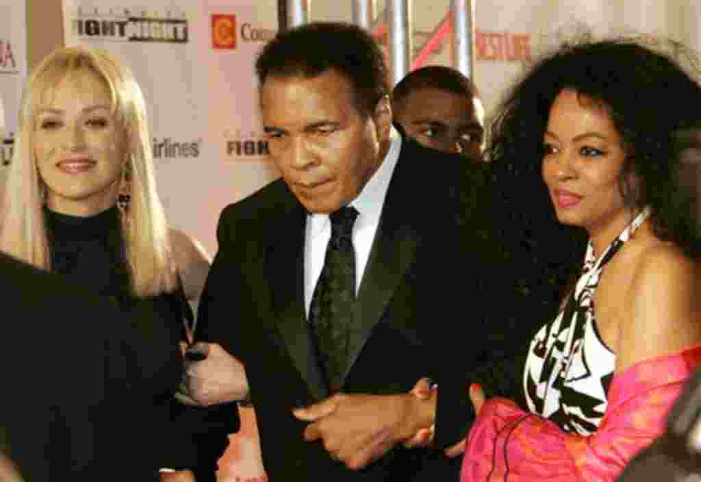 Muhammad Ali camina con la actriz Sharon Stone (izquierda) y la cantante Diana Ross.