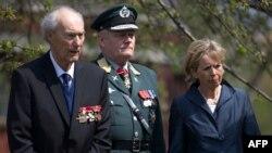 (Dari kiri ke kanan) Pahlawan Perang Dunia II, Joachim Ronneberg (93 tahun), Kepala Angkatan Bersenjata Norwegia Jenderal Harald Sunde, dan Menteri Pertahanan Norwegia Anne-Grete Strom-Erichsen menghadiri upacara tabur bunga di monumen agen SOE di pusat Kota London, 25 April 2013.