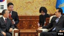 Presiden Korea Selatan Lee Myung-bak (kanan) menerima pejabat Tiongkok Dai Bingguo (kiri) yang berkunjung ke Seoul, Minggu.