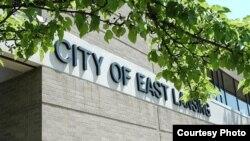 Las autoridades de la ciudad de East Lansing buscan al sospechoso.