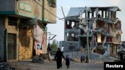 지난해 10월 가자지구의 한 마을이 이스라엘과 하마스 간 전쟁으로 폐허가 되었다.