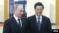 Presiden Tiongkok Hu JIntao (kanan) dan Perdana Menteri Rusia Vladimir Putin di 'Great Hall of the People', Beijing (12/10).