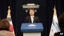 Ông Yoon Young-chan, phát ngôn viên của Tổng thống Moon Jae-in họp báo tại Dinh Ngói Xanh ở Seoul, ngày 4/3/2018.