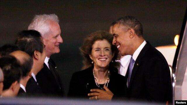 Đại sứ Mỹ tại Nhật Bản Caroline Kennedy và chồng Edwin Schlossberg ra đón Tổng thống Obama tại sân bay quốc tế Haneda ở Tokyo, ngày 23/4/2014.