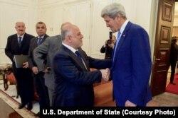 Ngoại trưởng Mỹ John Kerry (phải) bắt tay với Thủ tướng Iraq Haider Al-Abadi tại dinh thủ tướng trước cuộc họp song phương ở Baghdad, Iraq, ngày 8/4/2016.