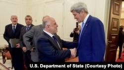 ລັດຖະມົນຕີການຕ່າງປະເທດສະຫະລັດ ທ່ານ John Kerry (ຂວາ) ຈັບມືກັບນາຍົກລັດຖະມົນຕີອີຣັກ ທ່ານ Haider Al-Abadi ທີ່ທຳນຽບລັດຖະບານ ກ່ອນການພົບປະກັນ. (8 ເມສາ 2016)