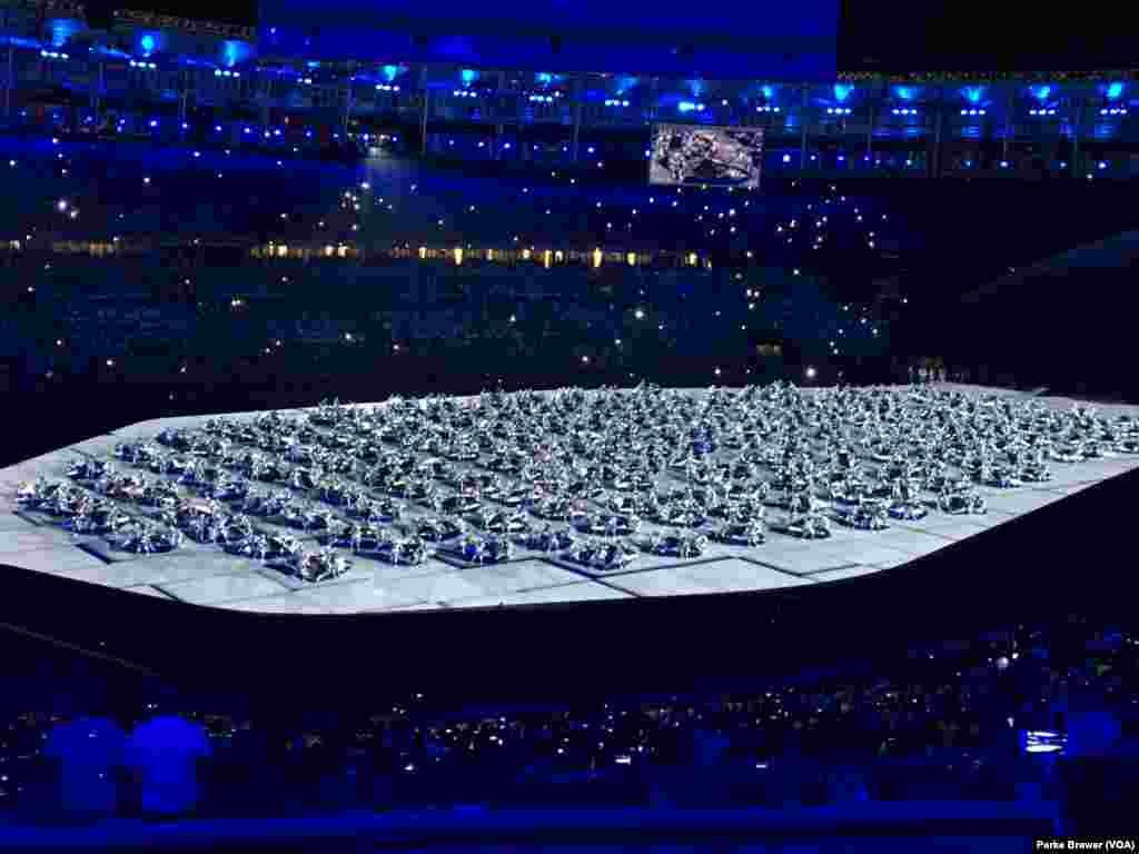 La cérémonie d'ouverture des Jeux olympiques démarre avec un spectacle au centre du Stade Maracaña, à Rio de Janeiro, Brésil, 5 août 2016.