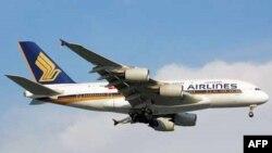 Pesawat Airbus A380-841 milik maskapai penerbangan Singapore Airlines saat akan mendarat di bandara Changi, Singapura (Foto: dok). Singapore Airlines dan perusahaan India, Tata Group, mengajukan permohonan untuk membentuk sebuah perusahaan penerbangan layanan penuh berbasis di New Delhi, dengan modal awal 100 juta dolar, pekan lalu.