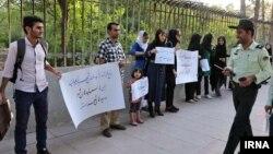 تجمع گروهی از فعالان محیط زیست در اعتراض به تغییر کاربری باغ فرزنه شیراز - ۶ خرداد ۱۳۹۳