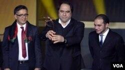 کرام الدین کریم، رئیس فدراسیون فوتبال افغانستان با جایزۀ فوتبال جوانمردانۀ ۲۰۱۳