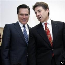 Mitt Romney (à g.) et Rick Perry ont dominé le débat