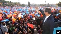 Le Premier ministre turc Ahmet Davutoglu en campagne pour l'AKP à Konya le 30 octobre 2015. (AP Photo/Hakan Goktepe)