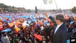 Thủ tướng Ahmet Davutoglu thúc đẩy các người ủng hộ đảng Công lý và Phát triển AKP của ông đi bỏ phiếu ngày Chủ Nhật.