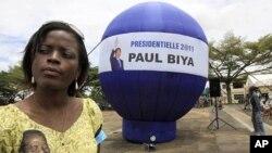 Wata mai goyon bayan shugaban kasar Kamaru Paul Biya, a birnin Yaounde ranar jajiberen zaben shugaban kasar