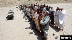 Dân làng Afghanistan cầu nguyện cho các nạn nhân bị thiệt mạng vì bom cài trên đường trong tỉnh Laghman