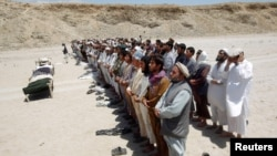 Dân làng Afghanistan cầu nguyện cho các nạn nhân vụ nổ bom vệ đường ở tỉnh Laghman.