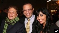 Nhà sản xuất Joey Parnes (giữa).