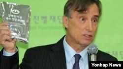 유진벨재단의 스테판 린튼 회장이 지난 5월 서울에서 기자회견을 열고 북한 결핵 치료 지원 사업에 대해 설명하고 있다.
