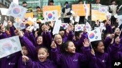 Murid-murid sekolah dasar ikut serta dalam protes melawan Hari Takeshima di depan kedutaan besar Jepang di Seoul, Korea Selatan, 2014. (AP/Ahn Young-joon)