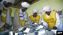Giới chức bầu cử kiểm phiếu tại El Fasher, phía bắc Darfur, ngày 15/1/2011