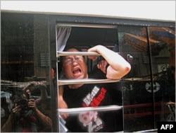 支联会常委粱国华被捕后在警车内挣扎