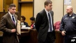 Jason Van Dyke quitte la salle d'audience avec son avocat Daniel Herbert, au tribunal pénal de Leighton à Chicago, le 18 décembre 2015.