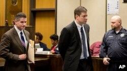Polisi Chicago Jason Van Dyke, tengah, meninggalkan ruang pengadilan bersama pengacaranya, Daniel Herbert, di Leighton Criminal Court Building in Chicago, Jumat, 18 Desember 2015.