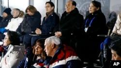 在2018年平昌冬奧會開幕式上,美國副總統彭斯和夫人凱倫交談。北韓領導人金正恩的胞妹金永南坐在他們身後。照片拍攝於2018年2月9日。