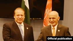나지프 샤리프 파키스탄 총리(왼쪽)과 아슈라프 가니 아프간 대통령(오른쪽)이 악수를 하고 있다(자료사진)