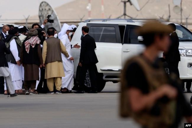 قطر کے وزیرِ خارجہ کابل ایئرپورٹ پہنچے تھے۔