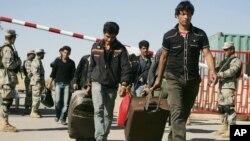 مهاجرین افغان حین عبور از مرز اسلام قلعه