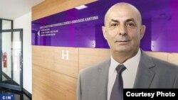 Omer Škaljo je u posljednje dvije godine promijenio tri političke partije. Sada je direktor Zavoda zdravstvenog osiguranja ZDK što je postao nakon što su mu prilagođeni uslovi za ovu funkciju (Ilustracija: CIN)