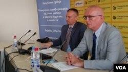 Poverenik za informacije od javnog značaja i zaštitu podataka o ličnosti, Rodoljub Šabić i Zlatko Petrović iz kancelarije poverenika na konferenciji za štampu.
