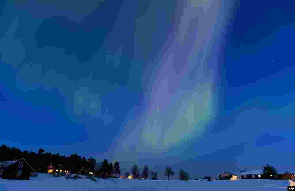 2013年3月17日,黎明时刻的北极光划亮了在瑞典奥勒与厄斯特松德之间的天空。