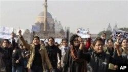 인도 뉴델리 대통령궁앞에서 집단 성폭행한 범인들의 처벌을 요구하며 항의 시위를 벌이는 시위대