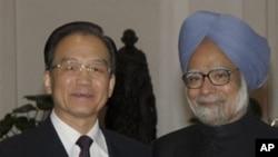 温家宝周三在新德里与印度总理辛格握手